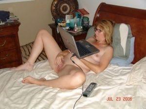 Frau schaut Pornos und sammelt Ideen & Fantasien