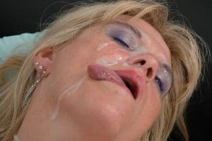 So muss das sein: MILF genießt ihren Sperma Facial
