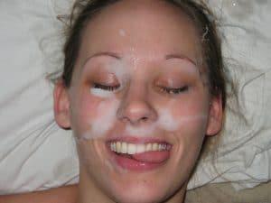Frau schmeckt das Sperma nach Gesichtsbesamung (Facial)