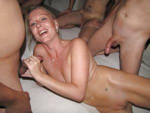Fröhliche Ehefrau beim Gangbang